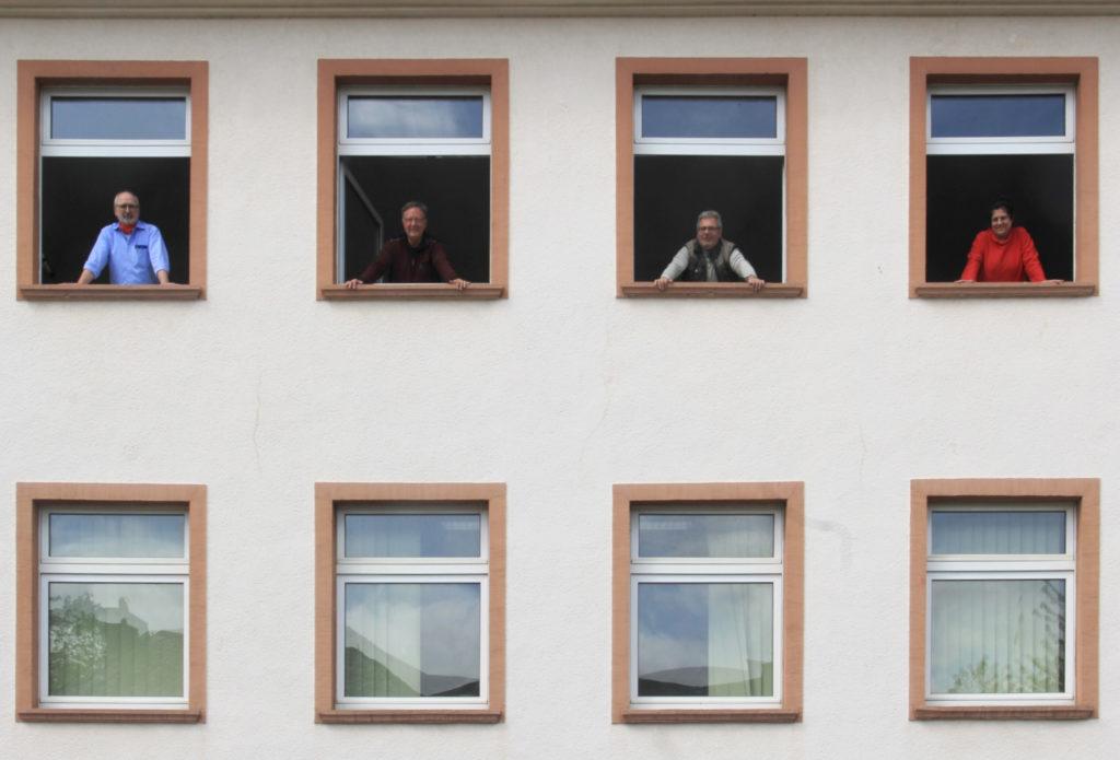Besuchstermin am Bürofenster (von links): Christoph Haas, Heinz Bonefas, Edgar Weber-Badry und Ulrike Kübler. Foto: Fritz-Peter Linden, Trierischer Volksfreund